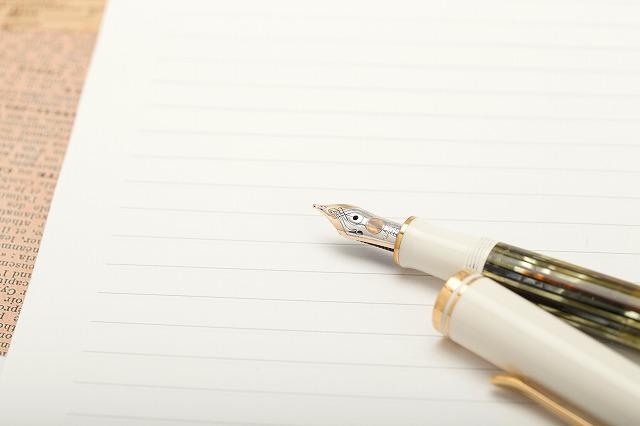 万年筆や筆などの、インクを紙に染み込ませるタイプのものであれば、執筆の気分も盛り上げやすく、遺言を書く際の筆記具として良いかもしれません